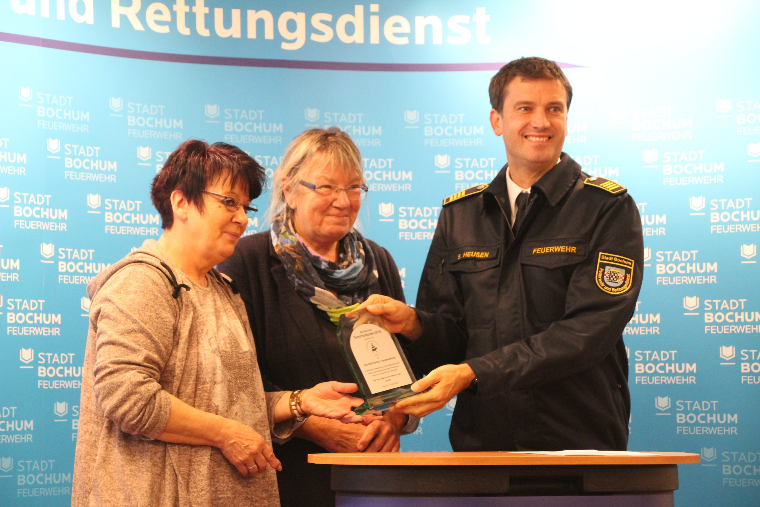 von links: Sigrid Kipper 2. Vorsitzende von Tiere in Not e.V., Bürgermeisterin Gabi Schäfer, Feuerwehrchef Simon Heußen